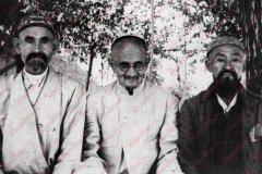 Справа налево: Юсуф, Эшон Бабахан ибн Абдулмажидхан, Абдул Гаффар-хаджи Шамсуддин